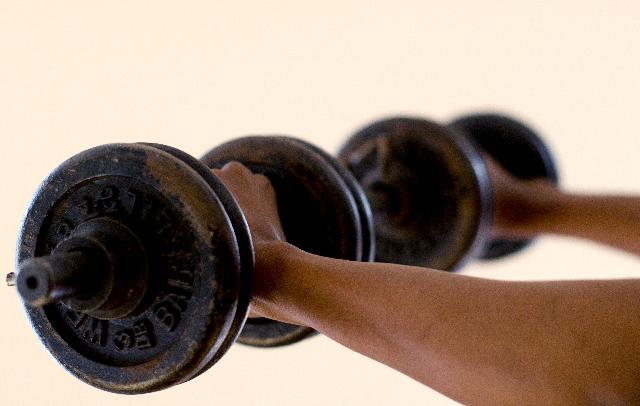 鍛えたい二頭筋以外が筋肉痛?!ダンベルカールを行う上で大切なこと